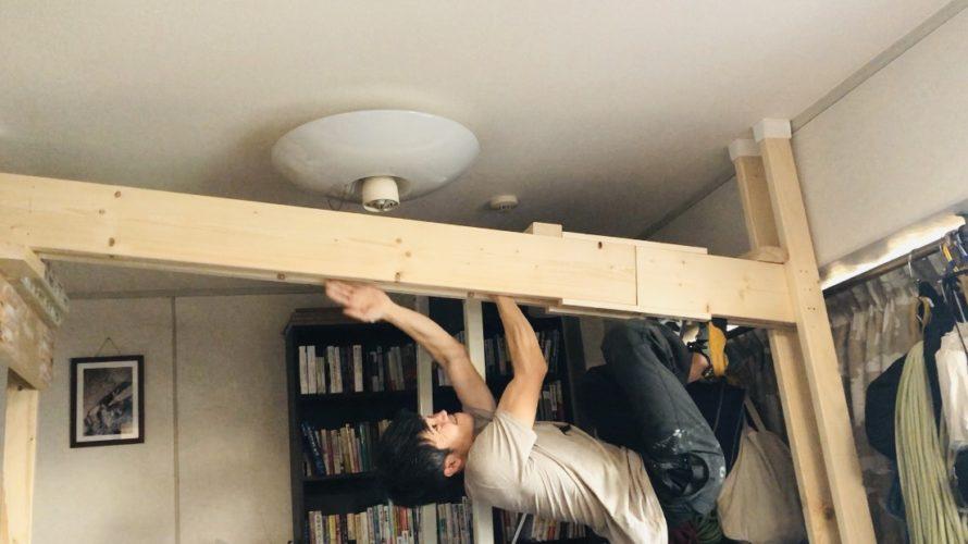 自宅の壁に穴を開けずに、クラックを設置した